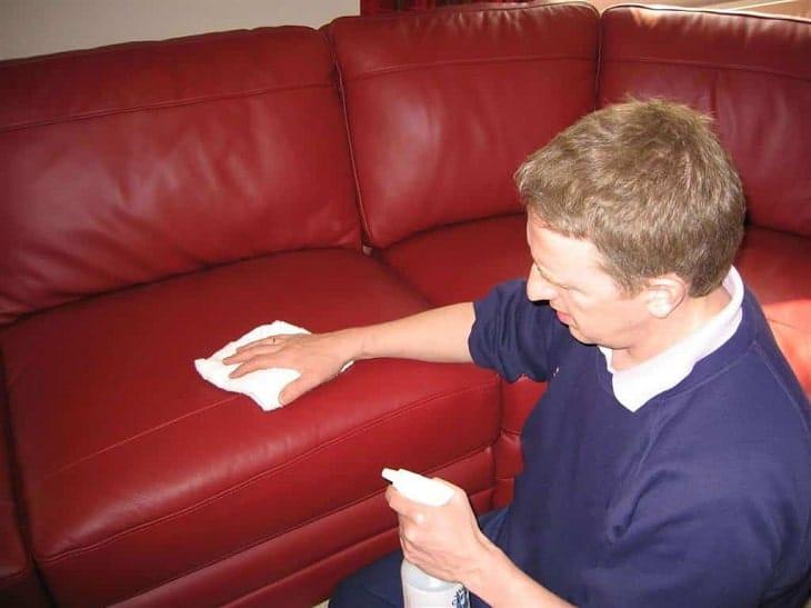 cach ve sinh sofa dung cach de don khach choi nha dip tet 2 min - Hướng Dẫn Cách Vệ Sinh Sofa Da Thật Tại Nhà Hiệu Quả Trong 30 Giây