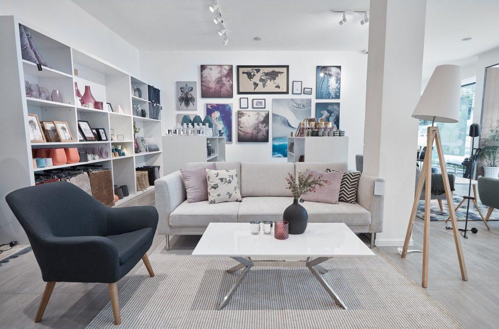 nen mua ban ghe go hay sofa 04 1024x675 - Cập Nhật Giá Cả Ghế Sofa Thư Giãn Tốt Nhất Năm 2019 Tại Minh Trân